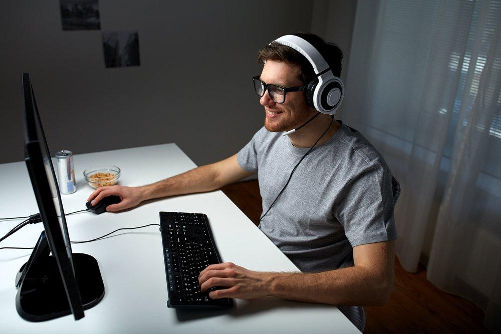 Картинки парень за компьютером в наушниках