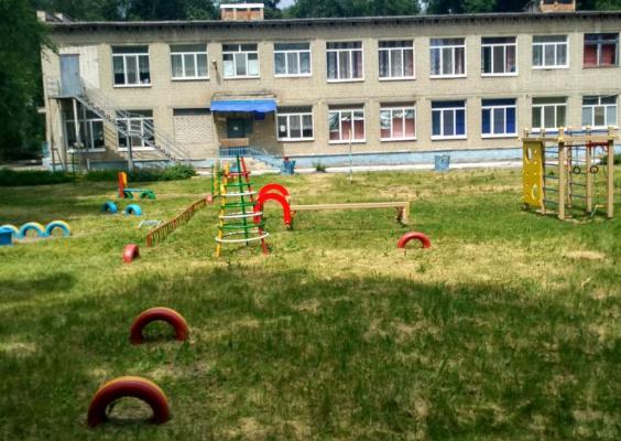 В детском саду регулярно обновляется методический материал, который позволяет обучать детей в соответствии с современными нормами дошкольного образования.